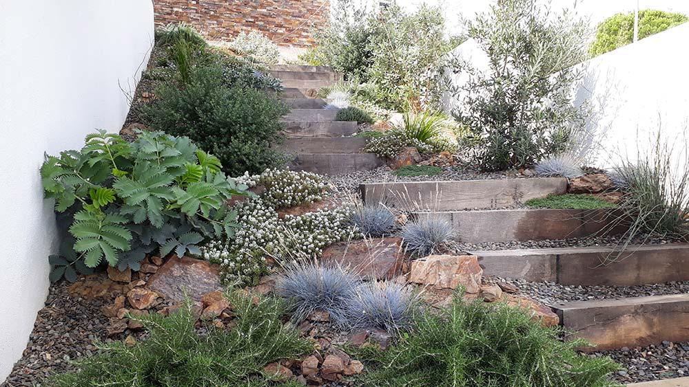 Jardins de cases aparellades a Port de la Selva